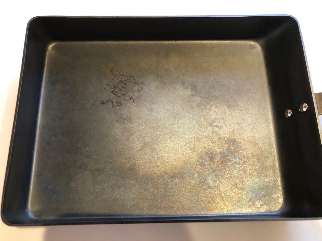 使用後1年経過した鉄の卵焼き器(近影)